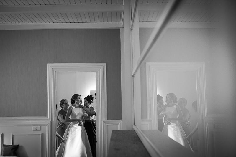 Historia de una boda en Castillo de Soutomaior la novia se prepara en su habitación para la ceremonia