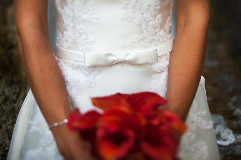 Historia de una boda en Castillo de Soutomaior cada novia elige su propio vestido cuidando todos son diferentes al estilo de cada boda