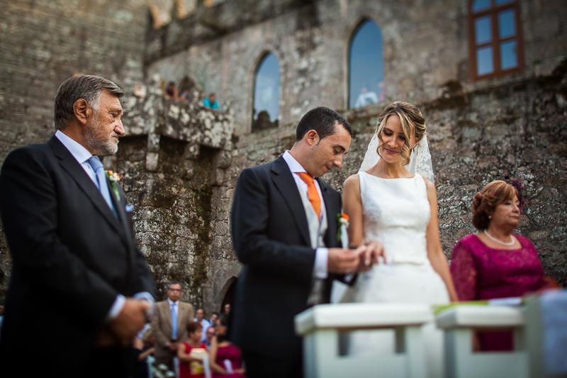 Historia de una boda en Castillo de Soutomaior intercambio de anillos en una ceremonia en exterior como nos gusta a los fotógrafos de boda en Pontevedra
