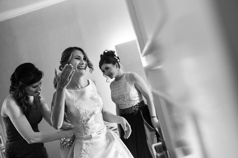Historia de una boda en Castillo de Soutomaior y la novia se emociona al verse con su vestido