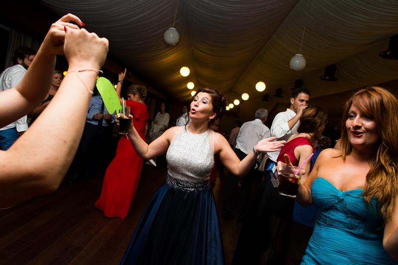 Historia de una boda en Castillo de Soutomaior las invitadas no paran de bailar