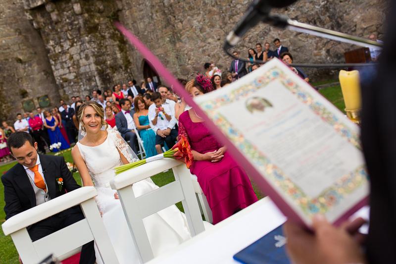 Historia de una boda en Castillo de Soutomaior los novios se emocionan al escuchar el discurso que el padre de la novia escribió con tanto cariño