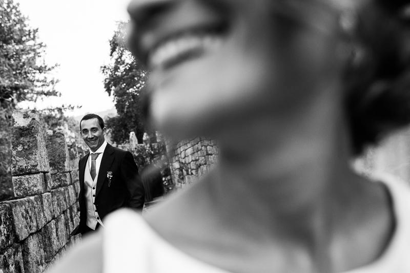 Historia de una boda en Castillo de Soutomaior los fotógrafos en Pontevedra realizamos una divertida sesión de pareja de novios
