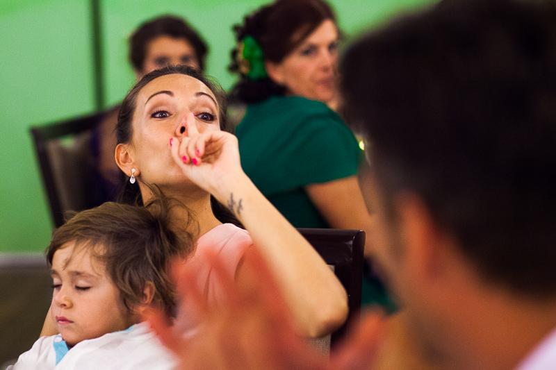 Historia de una boda en Castillo de Soutomaior emociones en la cena que fotografos de Pontevedra inmortalizamos y convertimos en momentos únicos