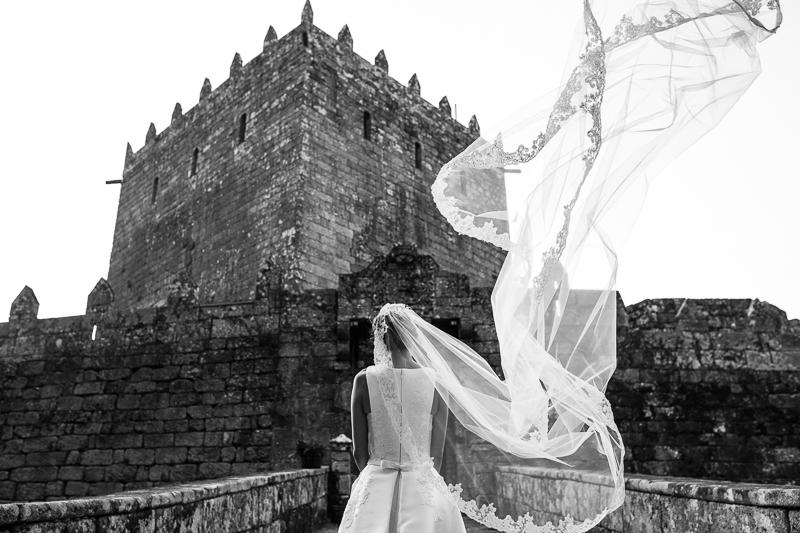 Historia de una boda en Castillo de Soutomaior Estibaliz luce su velo delante del Castillo