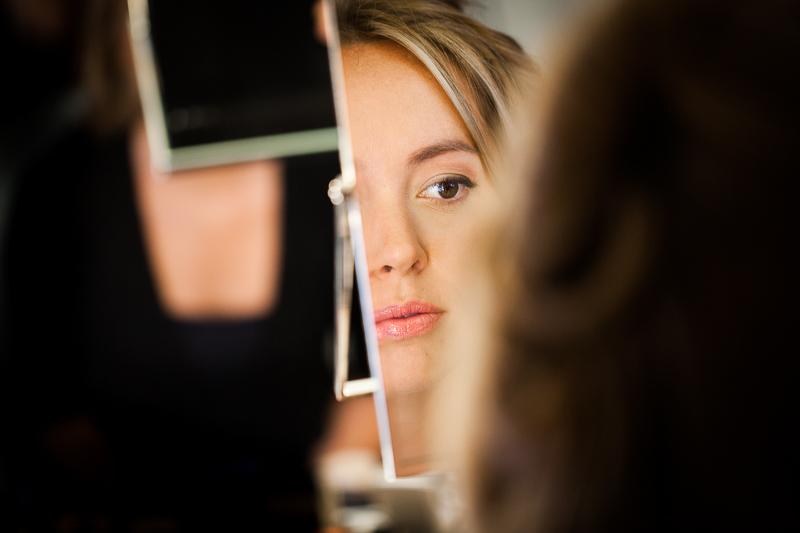 Fotografia de boda Pazo el Castriño novia en sesión maquillaje con Pedro de Ares Make up