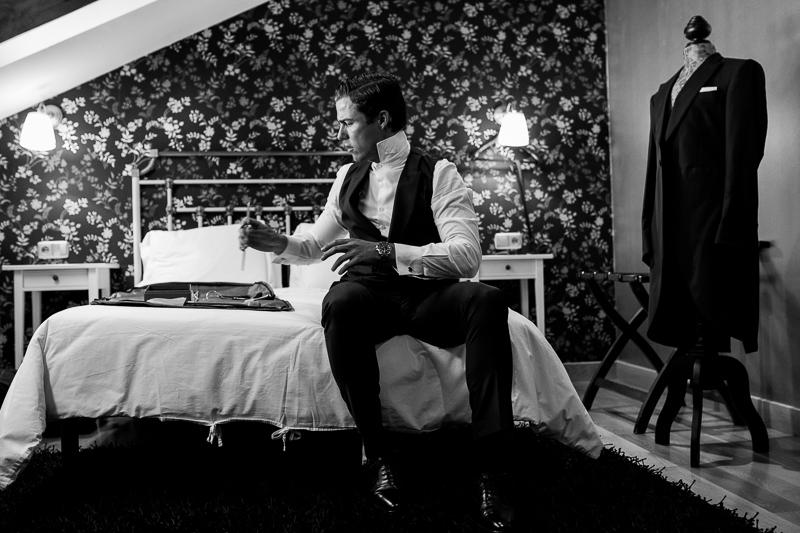 Fotografia de boda Pazo el Castriño novio mientras se prepara en su cuarto con su traje de novio