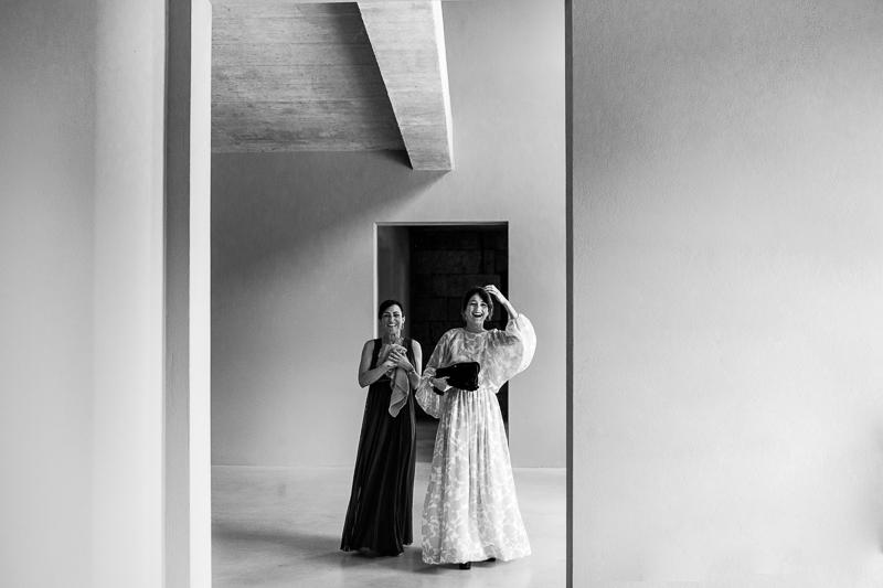 Fotografia de boda Pazo el Castriño invitadas con cara de sorpresa mientras entran a ver a la novia por primera vez con su fantastico vestido de novia de Patricia Atelier