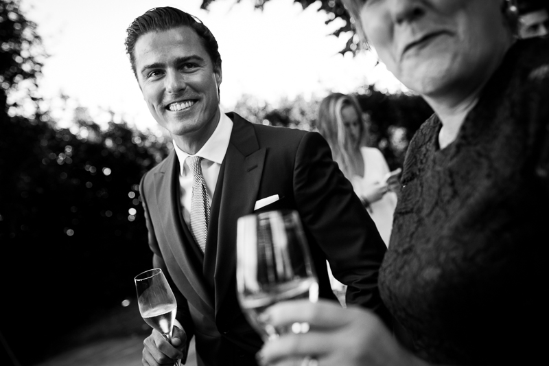 Fotografia de boda Pazo el Castriño novio y madrina mientras brindan antes de la ceremonia el dia de su boda