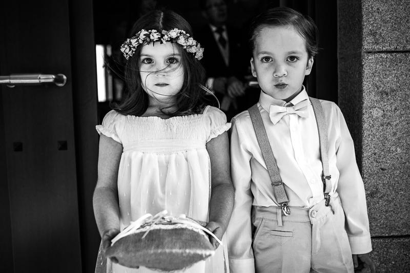 Fotografia de boda Pazo el Castriño niños de arras antes de la ceremonia, mientras esperan a Laura antes de entrar en la ceremonia civil al aire libre