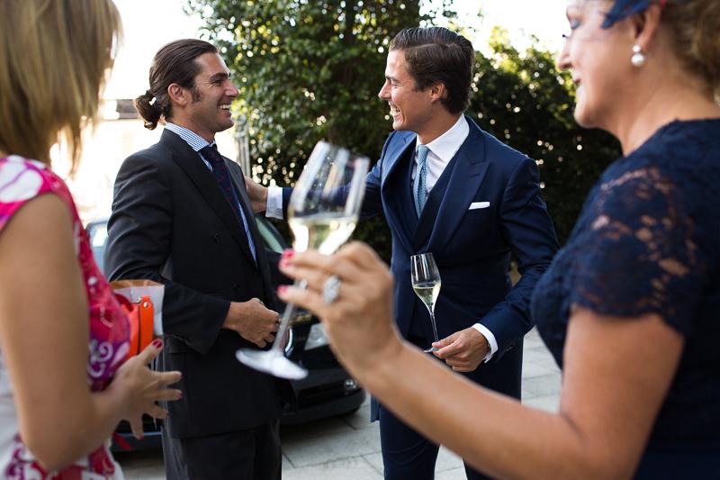 Fotografia de boda Pazo el Castriño novio recibiendo a invitados antes de la ceremonia civil con una increíble decoración al aire libre