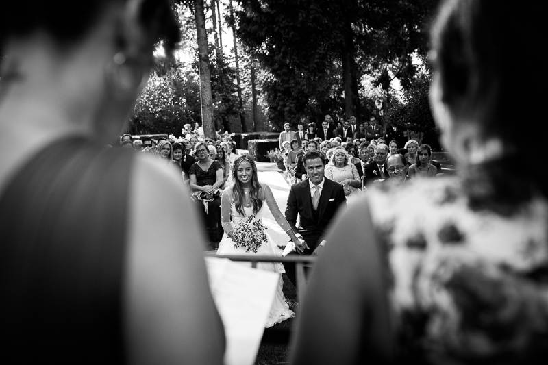 Fotografia de boda Pazo el Castriño Laura y Adrian, en un momento emocionante de la ceremonia durante las lecturas que unas amigas de la novia