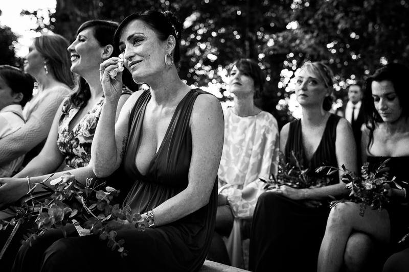 Fotografia de boda amiga de la novia emocionada durante la ceremonia civil al aire libre en el Pazo el Castriño