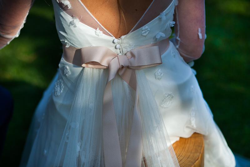 Fotografia de boda Pazo el Castriño detalle de lazo en el vestido de la novia de Patricia Melendez Atelier