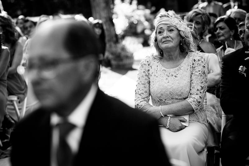 Fotografia de boda madre de la novia emocionada durante la ceremonia civil al aire libre en el Pazo el Castriño
