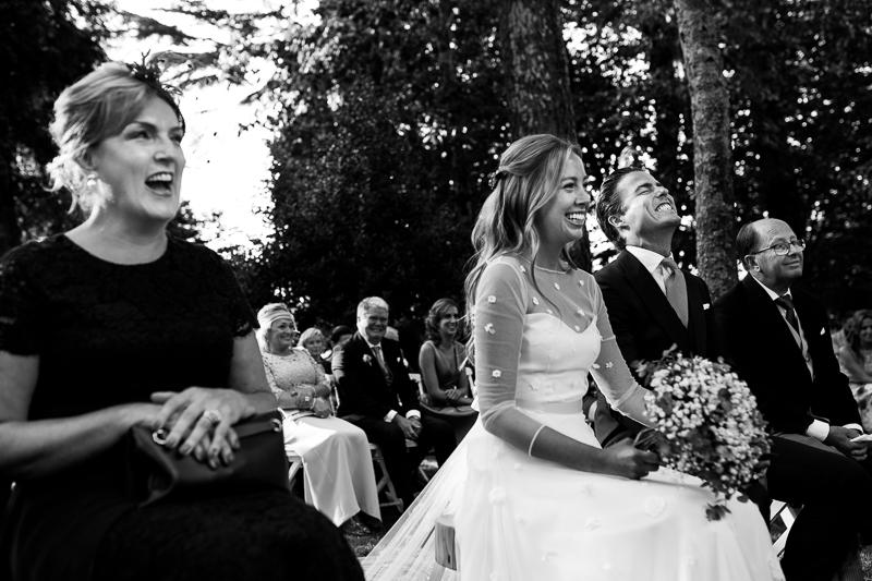 Fotografia de boda novios y padrinos durante la ceremonia civil al aire libre en el Pazo el Castriño