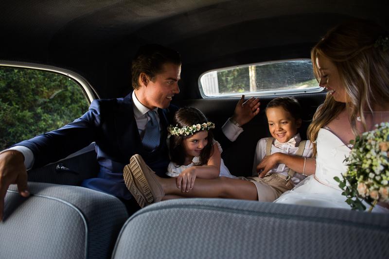 Fotografia de boda niños de arras durante la sesión de pareja de novios en el Pazo el Castriño