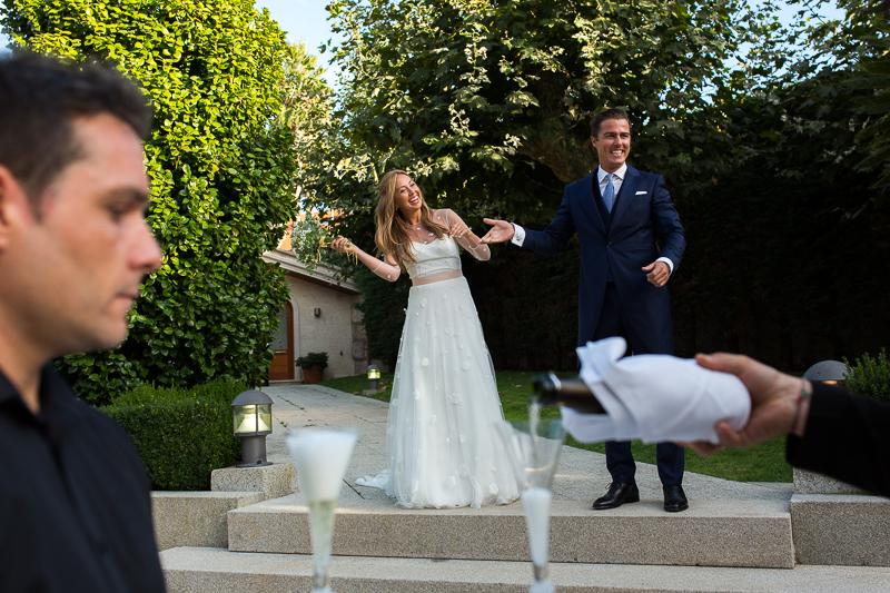 Fotografia de boda brindis de los novios al inicio del aperitivo en el Pazo el Castriño