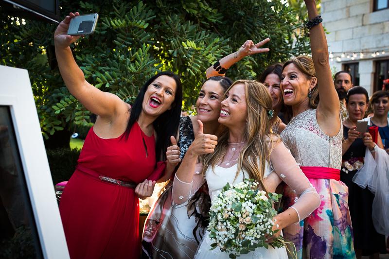 Fotografia de boda novia con invitadas durante el aperitivo en el Pazo el Castriño