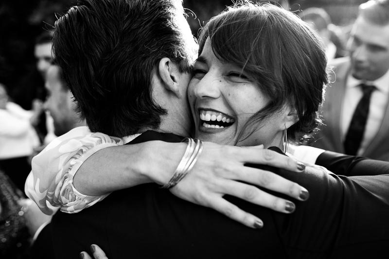 Fotografia de boda invitada abraza a novio durante el aperitivo en el Pazo el Castriño
