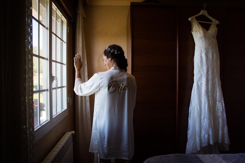 Fotografía de Boda Pazo Torre de Xunqueiras novia con vestido en los preparativos