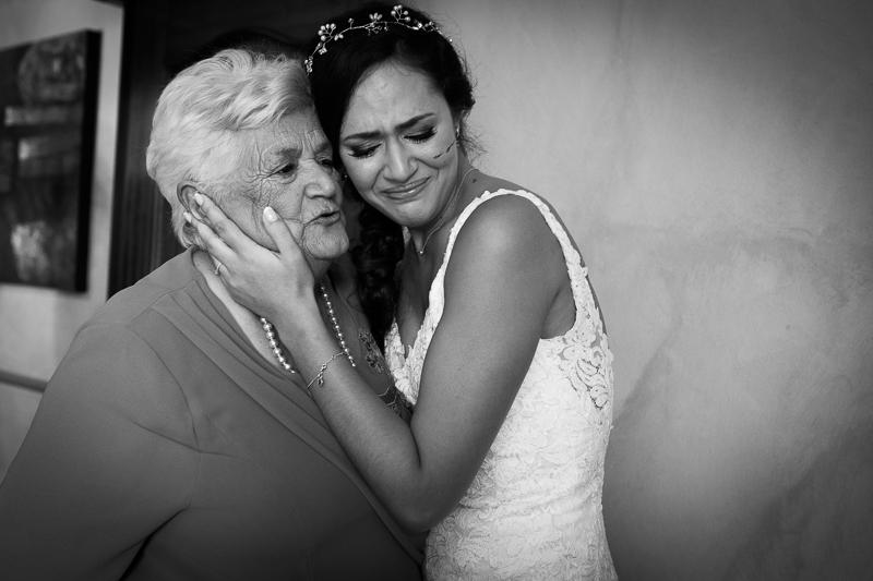 Fotografía de Boda Pazo Torre de Xunqueiras Novia emocionada con su abuela