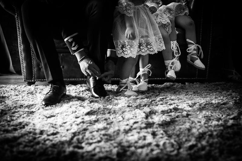 Fotografía de Boda Pazo Torre de Xunqueiras detalle de zapatos de novio y niñas de arras