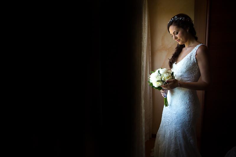 Fotografía de Boda Pazo Torre de Xunqueiras novia con su ramo en los preparativos