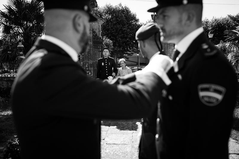 Fotografía de Boda Pazo Torre de Xunqueiras llegada del novio a la iglesia con la madrina en el día de se boda