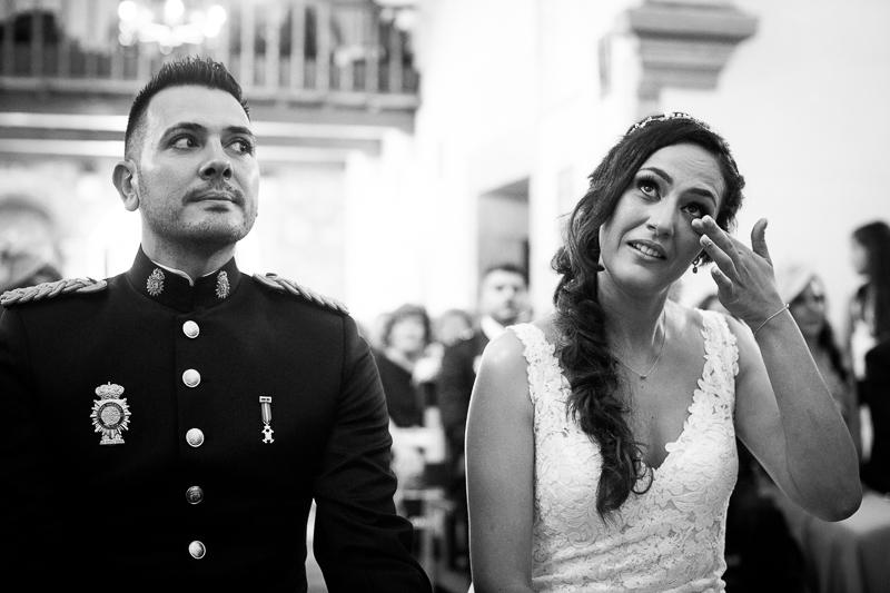 Fotografía Boda Pazo Torre de Xunqueiras novia emocionada en la ceremonia acompañada del novio