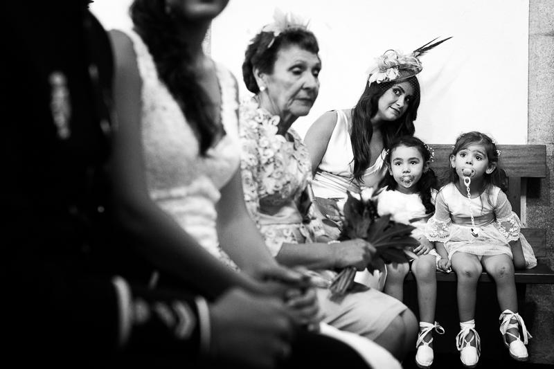 Fotografía de Boda Pazo Torre de Xunqueiras niñas de arras en la ceremonia por la iglesia