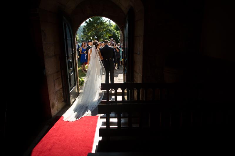 Fotografía de Boda Pazo Torre de Xunqueiras salida de los novios de la iglesia