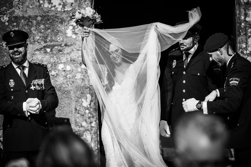 Fotografía de Boda Pazo Torre de Xunqueiras salida de la ceremonia de la novia con su velo al vuelo
