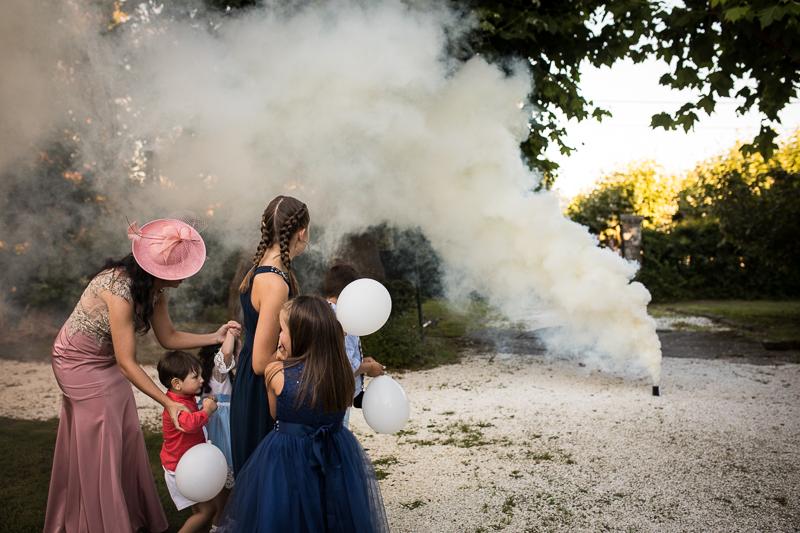 Fotografía de Boda Pazo Torre de Xunqueiras entrada de los novios con bombas de humo en el aperitivo