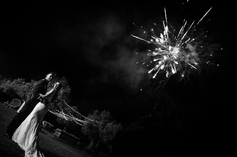 Fotografía de Boda Pazo Torre de Xunqueiras novios con fuegos artificiales para finalizar un gran día de boda