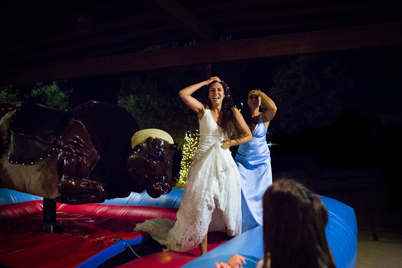 Fotografía de Boda Pazo Torre de Xunqueiras novia con invitada en el toro mecánico