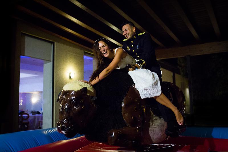 Fotografía de Boda Pazo Torre de Xunqueiras pareja de novios en el toro mecánico