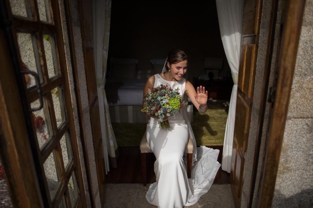 Fotografía de boda Pazo da Touza preparativos novia con ramo