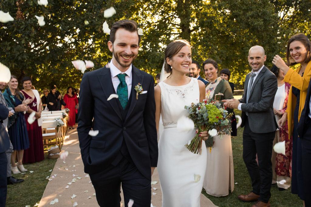 Fotografía de boda Pazo da Touza salida de la ceremonia con pétalos