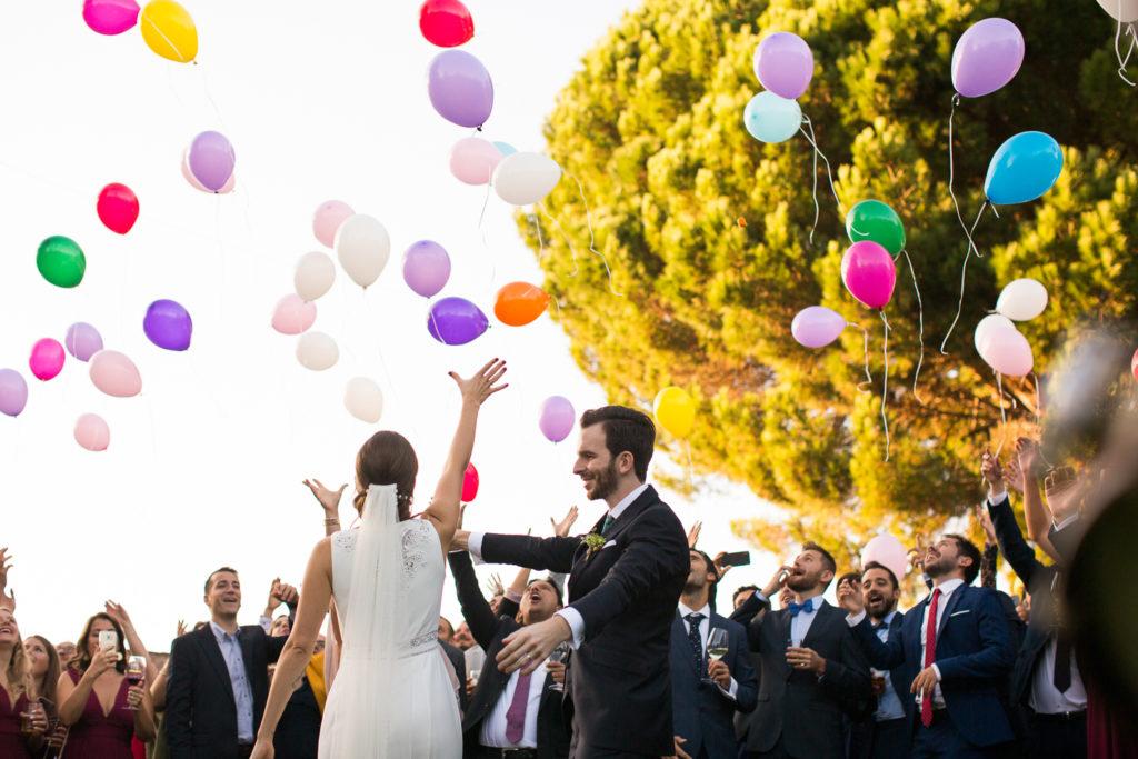 Fotografía de boda Pazo da Touza pareja de novios soltando globos durante el aperitivo