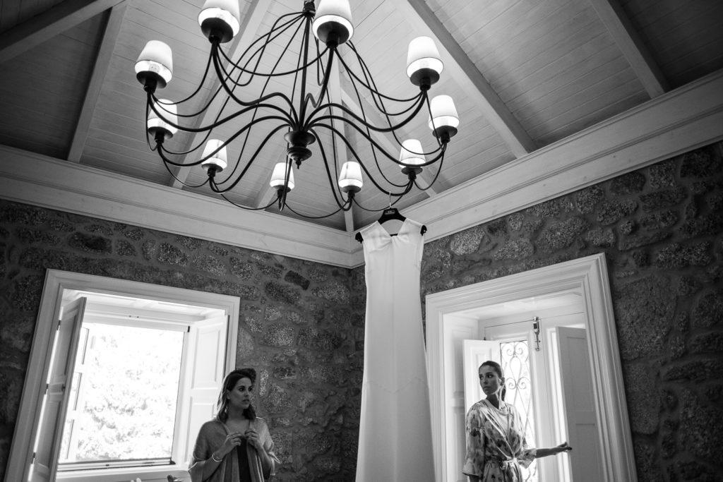 Fotografia de boda novia en preparativos con amiga novia