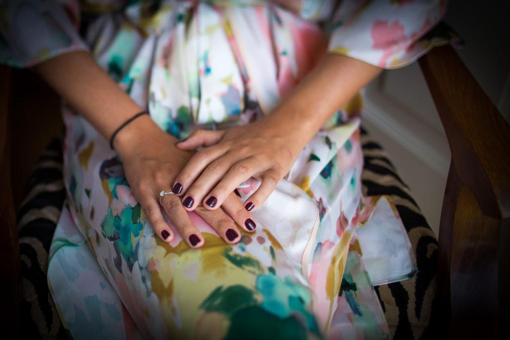 Fotografia de boda manos de novia con detalle anillo