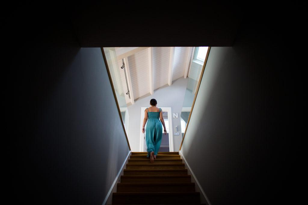 Fotografia de boda chica subiendo escalera