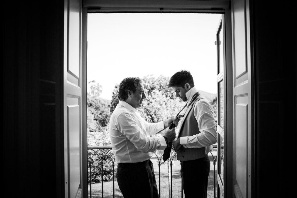 Fotografia de boda novio con su padre mientras se viste