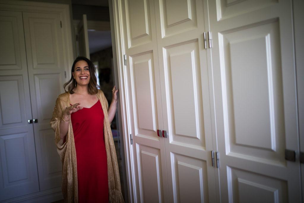 Fotografia de boda invitada con vestido rojo