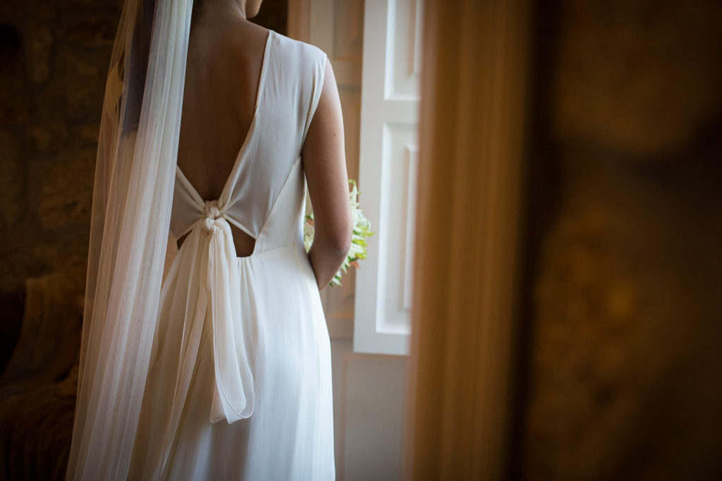 Fotografía de boda novia vestido parte de atrás