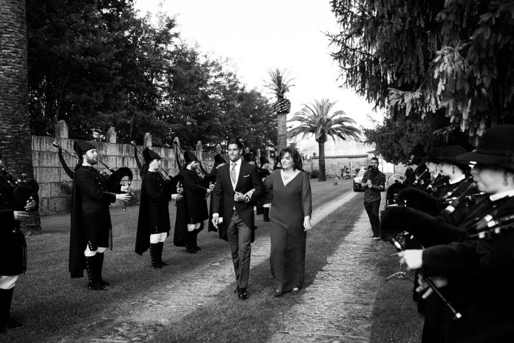 Fotografía de boda novio con su madre