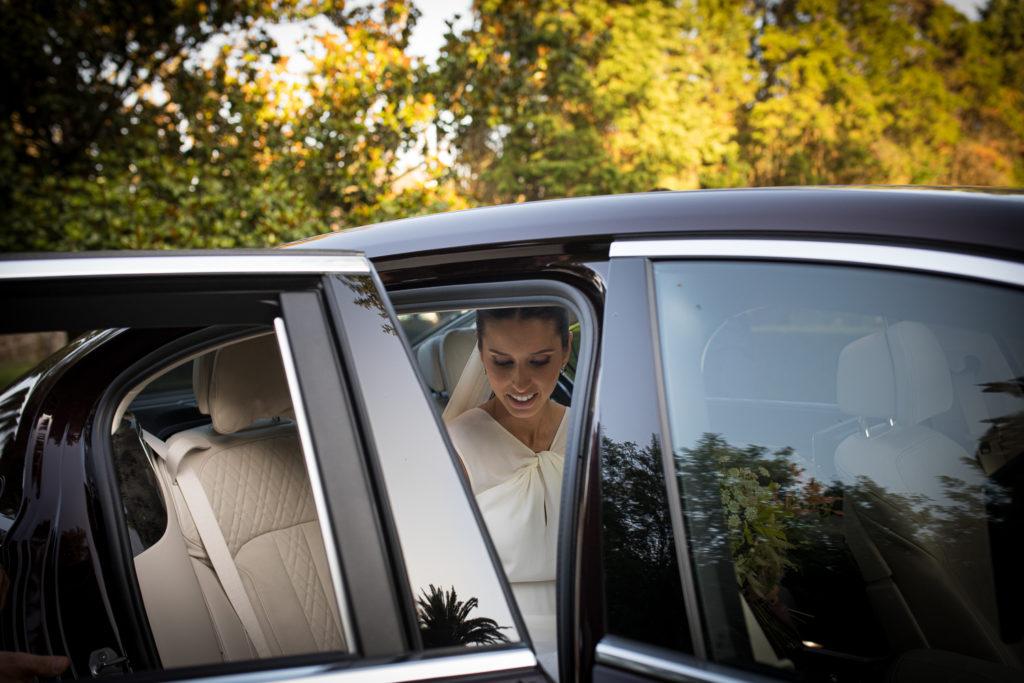 Fotografía de boda novia cuando sale del coche llegando a la ceremonia