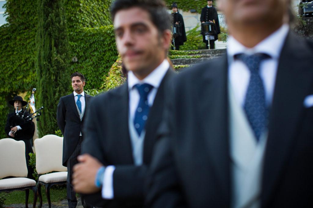 Fotografía de boda novio emocionado esperando por la novia