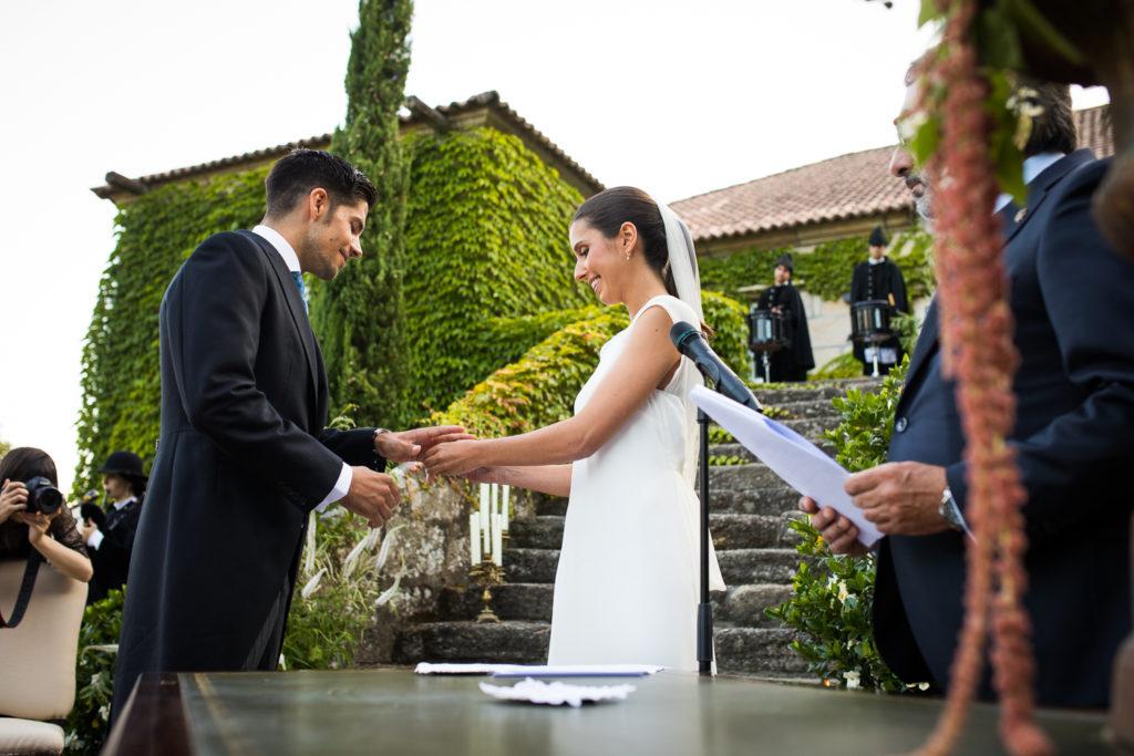 Fotografía de boda novio y novia con los anillos